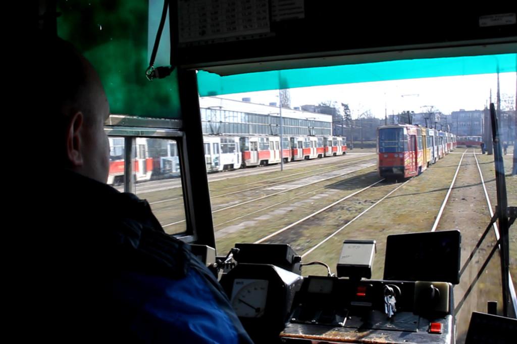 Autor strony prowadzi wagon tramwajowy 105Na