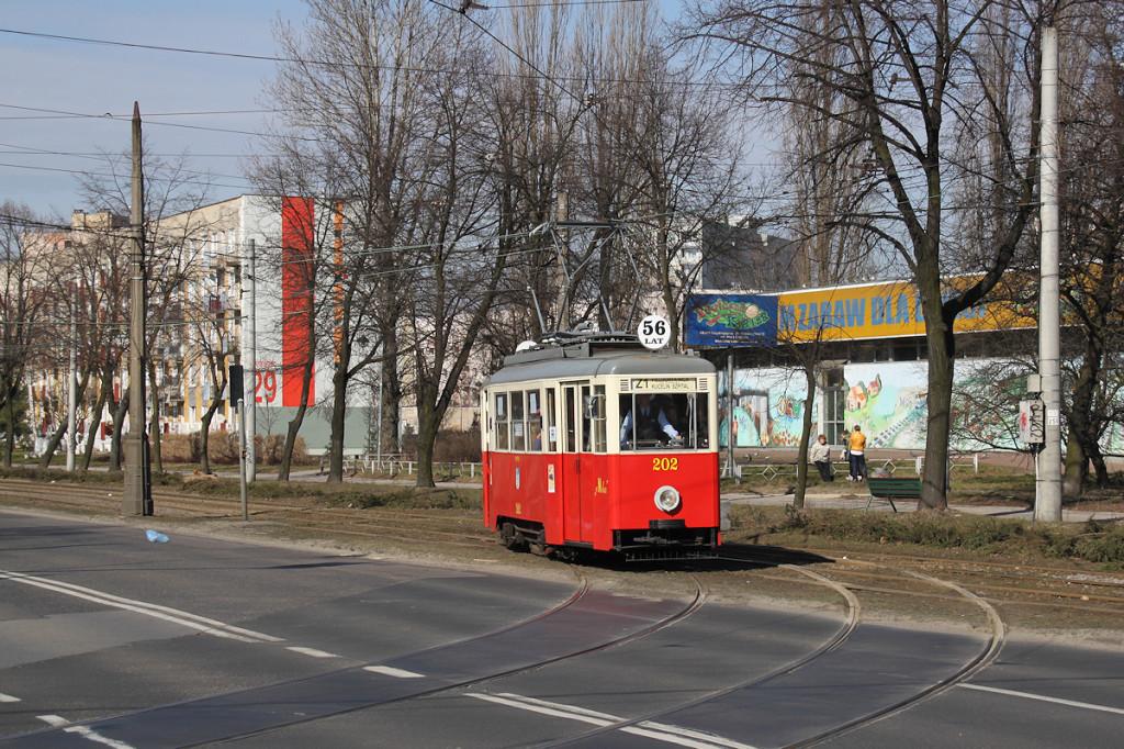 """Tramwaj typu """"N"""" na darmowej linii Z1 szykuje się do wjazdu do zajezdni"""
